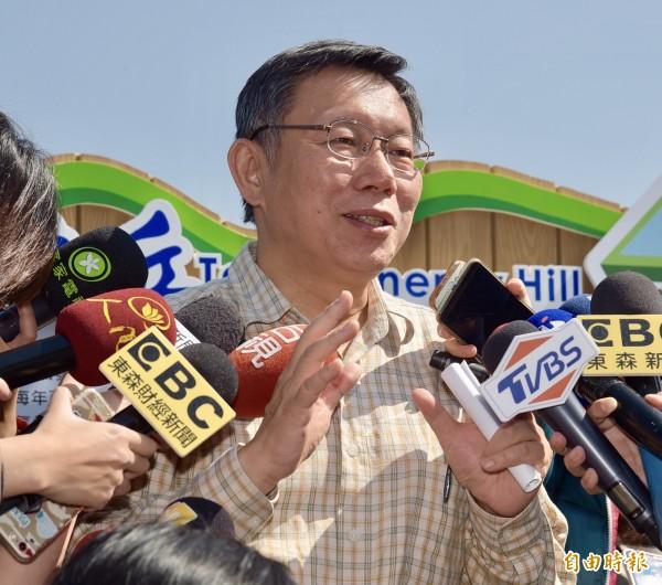 台北市長柯文哲17日出席「台北能源之丘—福德坑環保復育園區太陽光電系統」啟用儀式,接受媒體訪問。(記者黃耀徵攝)