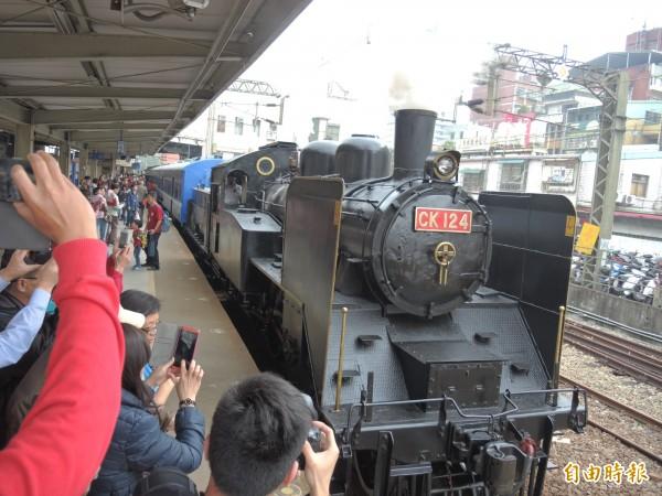 國寶級蒸氣火車頭CK124進站,鐵道迷爭相拍照留影。(記者翁聿煌攝)