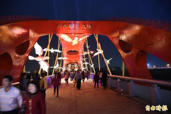北港燈區觀光大橋的百鳥朝鳳,夜間別具風味。(記者黃淑莉攝)