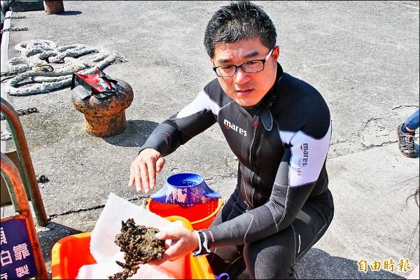 海科館博士廖運志說,在外木山漁港採到的石珊瑚等,在基隆東北角一帶很常見。(記者林欣漢攝)