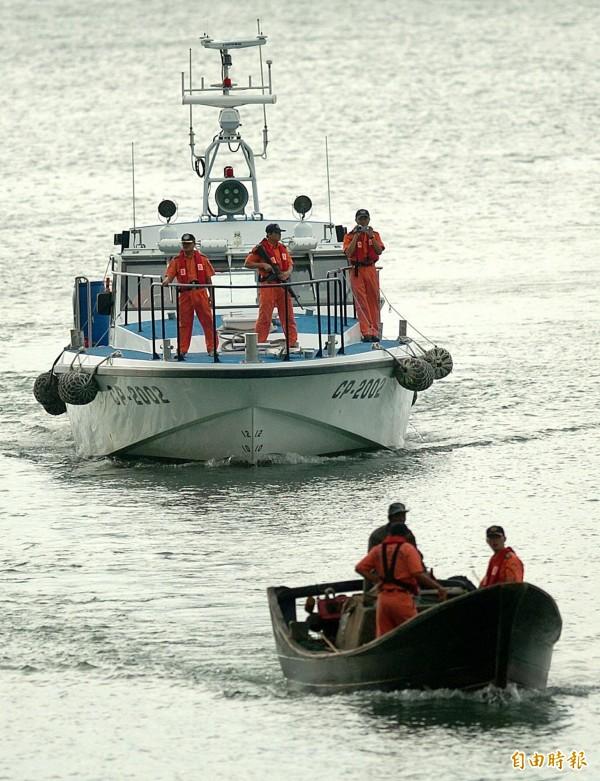 中國「閩長漁號」漁船昨日非法越界,我馬祖海巡人員丟擲催淚瓦斯彈並發射空爆震撼彈後,逮捕3名中國漁民。圖為示意圖,與本新聞無關。(資料照,記者陳則銘攝)