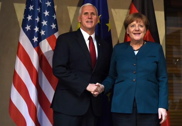 彭斯(左)今(18)日在慕尼黑安全會議表示,美國會強力支持北大西洋公約組織(NATO);梅克爾(右)在演說時則強調,各國要團結合作才能面對來自全球的挑戰。(法新社)