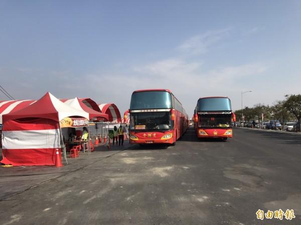 台灣燈會虎尾主燈區最後一天,主辦單位籲請遊客儘量搭乘接駁車。(記者廖淑玲攝)