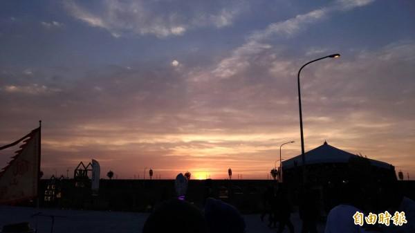 台灣燈會虎尾主燈區還成了絕佳欣賞夕陽景點。(記者廖淑玲攝)