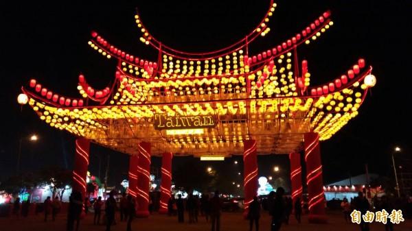 台灣燈會豪華、氣派十足的迎賓門。(記者廖淑玲攝)