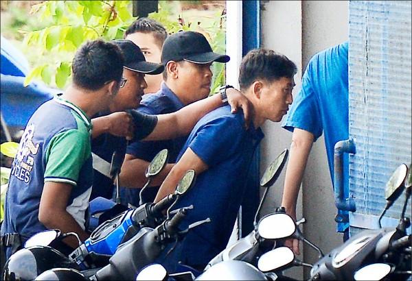 馬來西亞警方持續偵辦金正男遇刺案。圖為北韓男子李正哲(右二)被捕後,十八日被押解到雪邦(Sepang)警局。(路透)