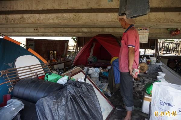 朱姓遊民民常從事資源回收工作,縣府與市公所將協助安置。(記者林敬倫攝)