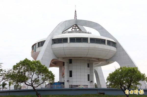 水上鄉長劉敬祥希望水上鄉北回歸線太陽館設置燈區。(記者林宜樟攝)