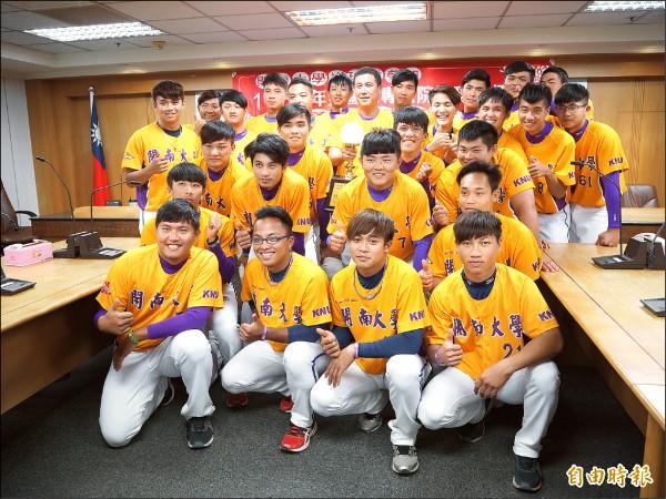 開南大學棒球隊首次在UBL奪冠,昨天全隊到市府接受表揚。(記者陳昀攝)
