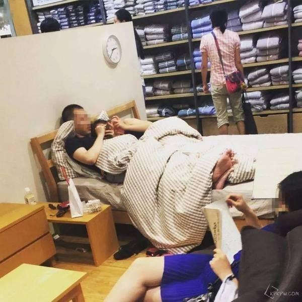 有情侶直接脫掉鞋子,在陳列的床上互相依靠。(圖擷取自《搜狐》)