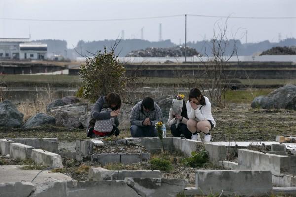 圖為311罹難者的家屬在災後為罹難者哀悼。(資料照,歐新社)