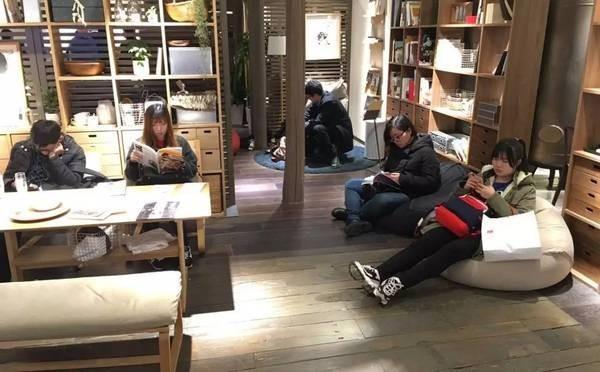 展示沙發、床鋪和椅子等家具區被民眾「進駐」。(圖擷取自《搜狐》)