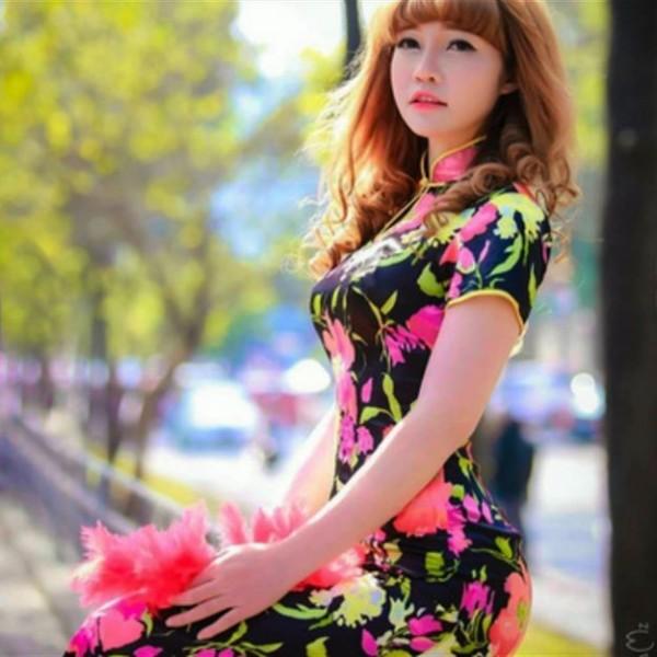 段氏香身穿旗袍、身材姣好,妝容相當時尚。(圖擷取自推特)