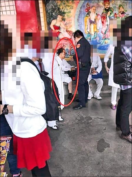 劉子宏襲胸後被警逮捕盤問。(記者徐聖倫翻攝)