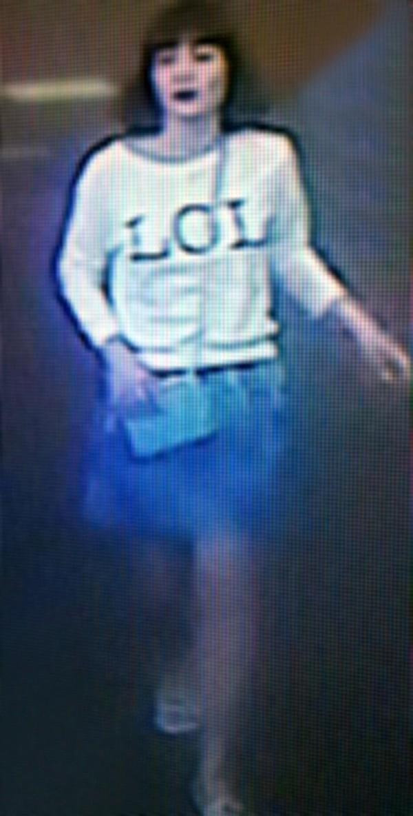 金正男被刺殺當天,段氏香穿著LOL白色長袖上衣。(圖擷取自DailyMail)
