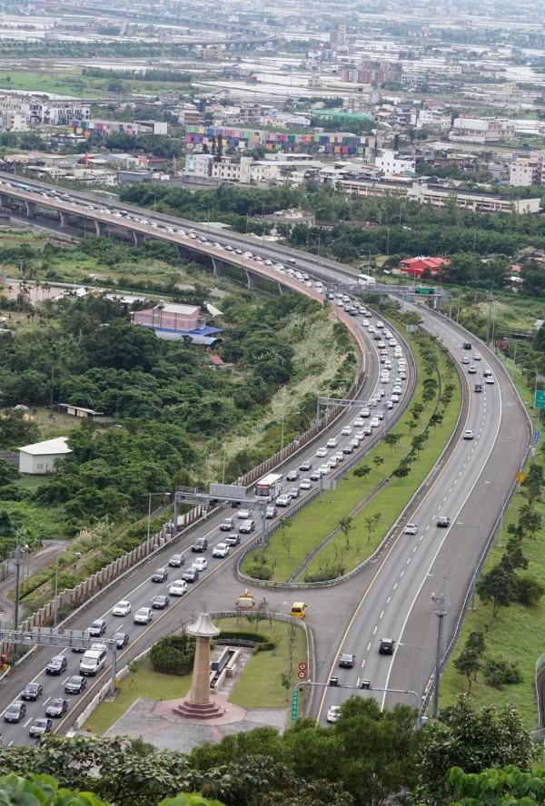 228連假,國道客運於車流尖峰時段,每3到5分鐘會有一班車。(資料照,記者林敬倫攝)