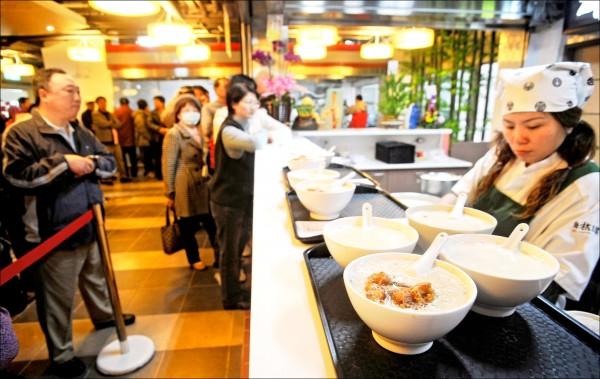 北市華山市場排隊名店「阜杭豆漿」,過年後豆漿價格從一杯25元漲到30元,引發網友熱議,業者表示漲價是因人力及原物料上漲。(資料照)