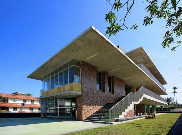 新城鄉立幼兒園2010年啟用,外觀極具設計美感,也強化防災避難功能。(翻攝網路)