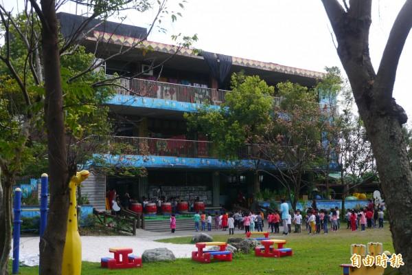 2010年曾入圍「第七屆遠東建築獎」的花蓮縣新城鄉立幼兒園建築體,原有倘大開放式空間供幼兒遊憩學習,但僅短短使用7年,設計原貌卻完全走樣。(記者王峻祺攝)