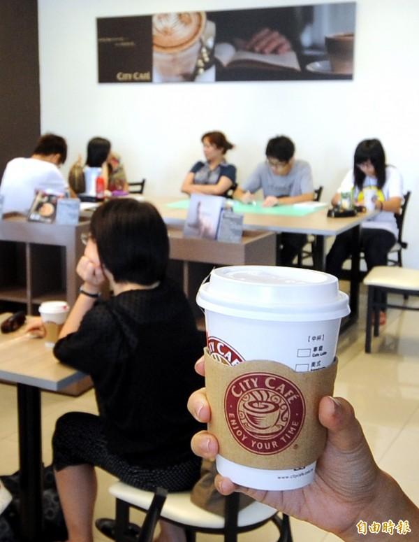 CITY CAFE價格比星巴克便宜不少。(資料照,記者方賓照攝)