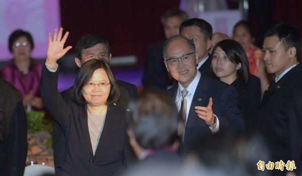 蔡英文總統(左)22日在外交部長李大維(右)陪同下出席「外交部新春聯歡晚會」。(記者張嘉明攝)