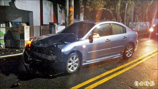 涉案贓車逃避警方追捕,失控撞上校園圍牆,歹徒棄車逃逸。(記者黃美珠攝)