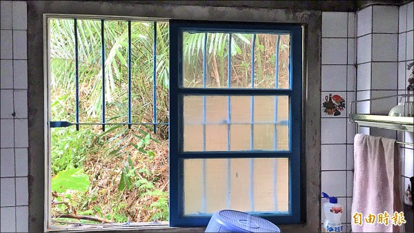 呂翁住家的廚房鐵窗被剪開。(記者黃美珠攝)
