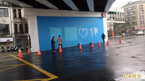 市府派員重新油漆。(記者林欣漢攝)