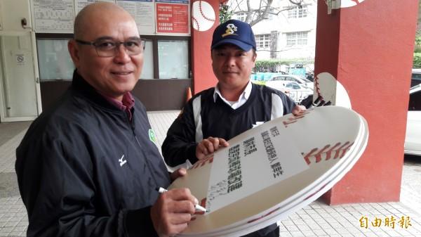 前職棒球員「鯊魚教練」鄭幸生簽名支持新竹市棒球場拆除重建。(記者洪美秀攝)