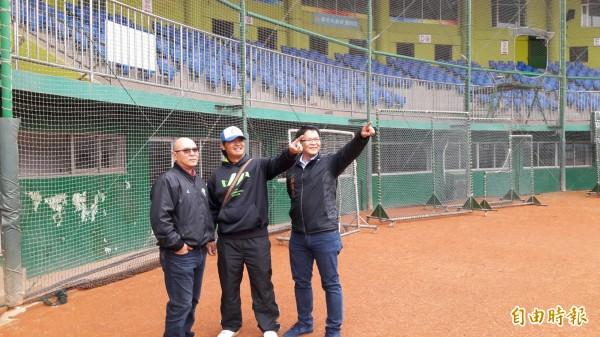 鄭幸生(左)是三商虎創隊球員,1990年職棒元年時,在新竹市棒球場曾締造開幕連續21場安打的紀錄。(記者洪美秀攝)