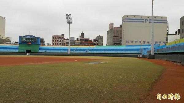 多名前職棒球員和新竹市八八棒球聯盟挺身支持新竹市府推動棒球場拆除重建,期許棒球場有國際化的球場和環境,開創新竹市棒球新局。(記者洪美秀攝)