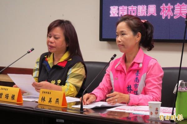 市議員林美燕(右)、曾培雅(左)指公幼嚴重不足,要求市府增班,以減輕家長的負擔。(記者蔡文居攝)