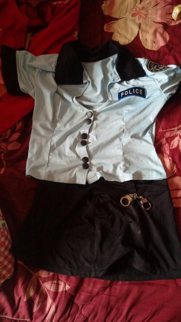 阿興買給雞母的國外警察情色制服。(記者林宜樟翻攝)