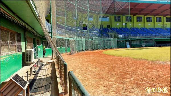 新竹市府將進行棒球場拆除重建,拆除內容包括球員休息室及牛棚練習區和內野看台等。(記者洪美秀攝)