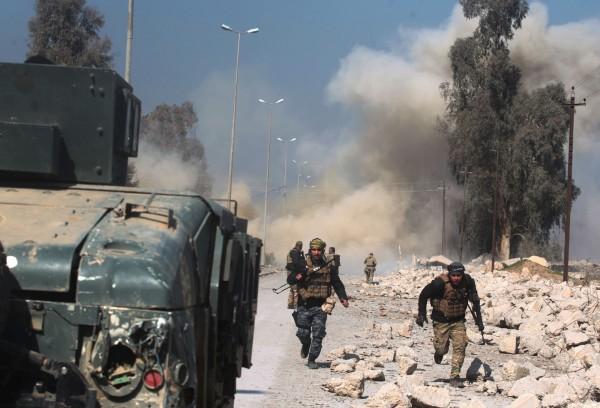 美國支持的伊拉克安全部隊對伊斯蘭國(IS)佔領的摩蘇爾(Mosul)西部發動猛攻。(法新社)