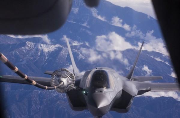 美國太平洋司令部在推特PO出多架F-35戰機在空中翱翔的近距離照片,宣布日本自衛隊和美軍的F-35戰機,將開啟日本及亞太地區的飛航新紀元。(圖擷取自推特)