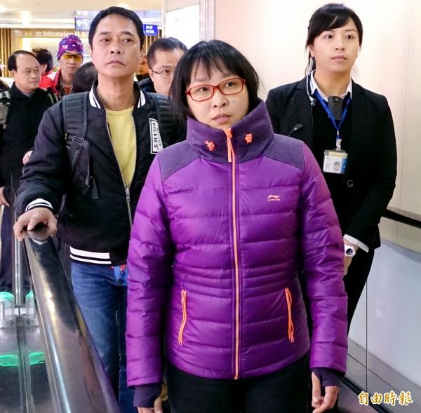 香港反港獨組織「愛港行動」召集人陳淨心(前)中午率17名成員搭機來台,對於是否將與統促黨主席張安樂見面,陳表示「看看有沒有機會相見,因為大家立場都是一樣的」。(記者朱沛雄攝)