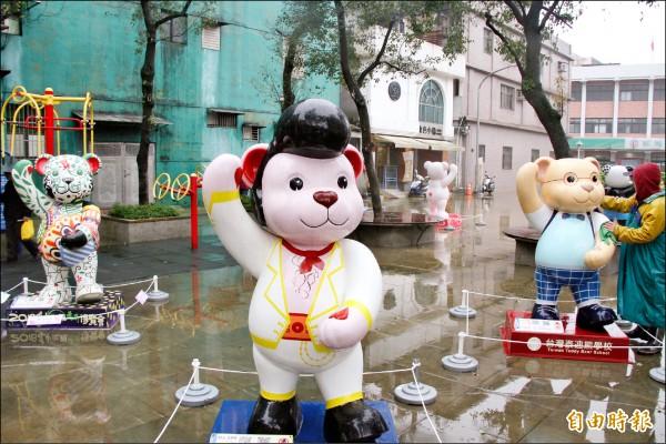 十八隻泰迪熊昨安置在瑞芳火車站前及區民廣場,小朋友驚呼連連,儘管天公不作美,但民眾仍冒雨搶拍及合照。(記者林欣漢攝)