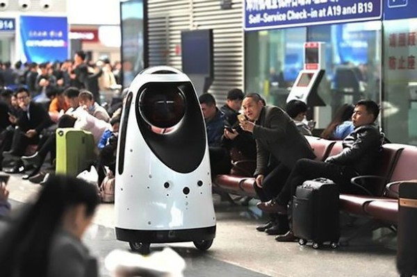 中國已經出現真實版的機器戰警,它們除了可以自主巡邏,還能辨識人臉、協助警察逮捕嫌犯。(圖擷自Mirror)