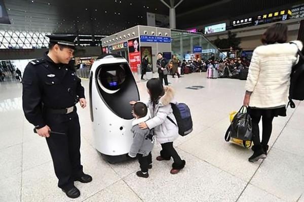 機器人搭載語音系統和攝影機,因此平時也可以和車站的旅客進行互動、解答問題。(圖擷自Mirror)