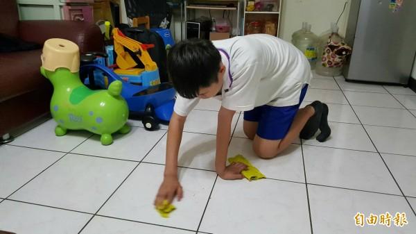 新竹一名13歲小六男童因沒有相機交不出寒假作業,疑遭到班導師罰跪擦地。(圖非當事男童,記者洪美秀攝)