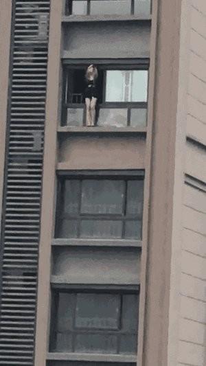 江蘇一位妙齡網路女主播,攀上10樓陽台,揚言直播跳樓秀。(圖擷自網路)