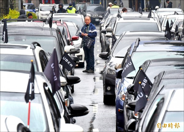 台灣Uber司機聯盟昨天發起226挺Uber站出來活動,超過250台車、300人聚集交通部前,訴求支持TNC專法、廢除靠行制度。(記者朱沛雄攝)