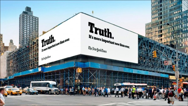 多次被美國總統川普批評新聞造假,甚至遭禁止參與白宮新聞簡報會的《紐約時報》,斥資買下第八十九屆奧斯卡金像獎頒獎典禮的廣告時段,播送「真相難求」的形象廣告,並在街頭懸掛大型廣告看板宣傳這支影片。(取自網路)
