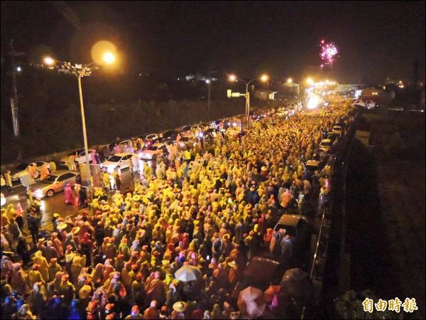 白沙屯拱天宮媽祖南下進香,超過3萬人送駕,場面盛大。 (記者張勳騰攝)