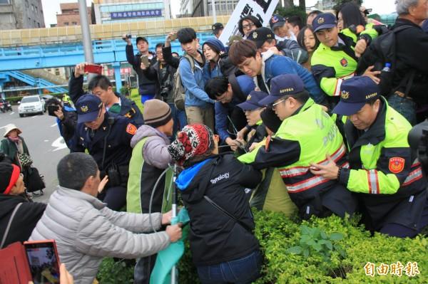 抗議現場發生鋼纜拉扯,抗議民眾與基層警員拉扯時手部都有受傷。(記者吳昇儒攝)