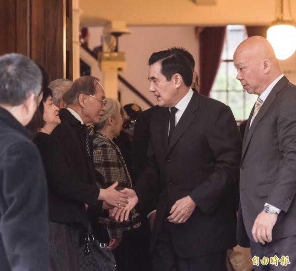 前總統馬英九27日至二二八國家紀念館參觀「二二八平反與轉型正義特展」,離場前向貴賓握手致意。(記者黃耀徵攝)