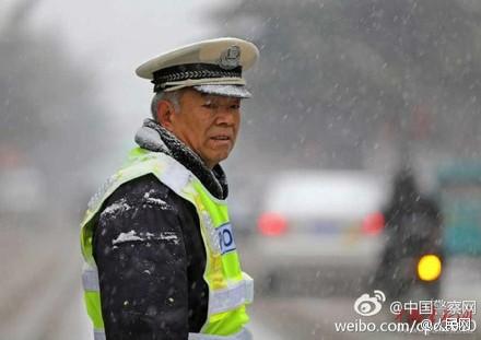 就是這張民警雪中執行照片,一位法官慘遭停職。《圖擷取自《人民網》微博)