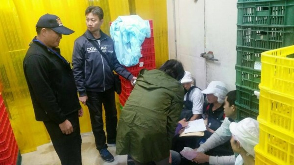 高雄1間豆干工廠涉嫌軟禁移工,1名印尼女子(右一)疑似被軟禁14年。(資料照,記者黃良傑翻攝)