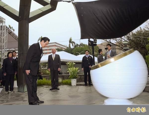 前總統馬英九27日至二二八和平公園向紀念碑行禮致意。(記者黃耀徵攝)